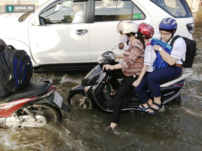 Người Sài Gòn khổ sở lội nước đi làm, kẹt xe kéo dài hàng cây số - Ảnh 4.