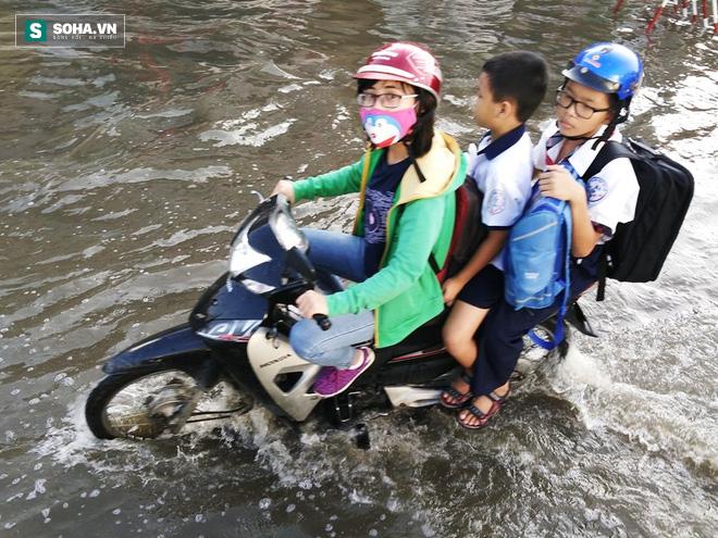 Người Sài Gòn khổ sở lội nước đi làm, kẹt xe kéo dài hàng cây số - Ảnh 3.