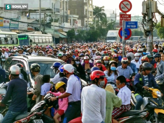 Người Sài Gòn khổ sở lội nước đi làm, kẹt xe kéo dài hàng cây số - Ảnh 5.