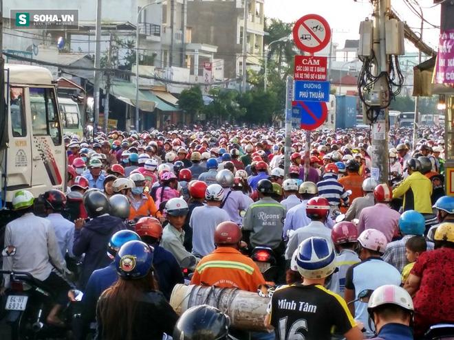 Người Sài Gòn khổ sở lội nước đi làm, kẹt xe kéo dài hàng cây số - Ảnh 8.