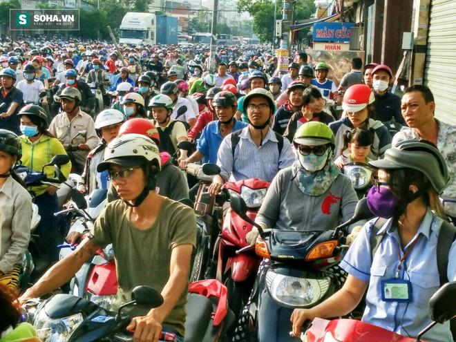 Người Sài Gòn khổ sở lội nước đi làm, kẹt xe kéo dài hàng cây số - Ảnh 7.