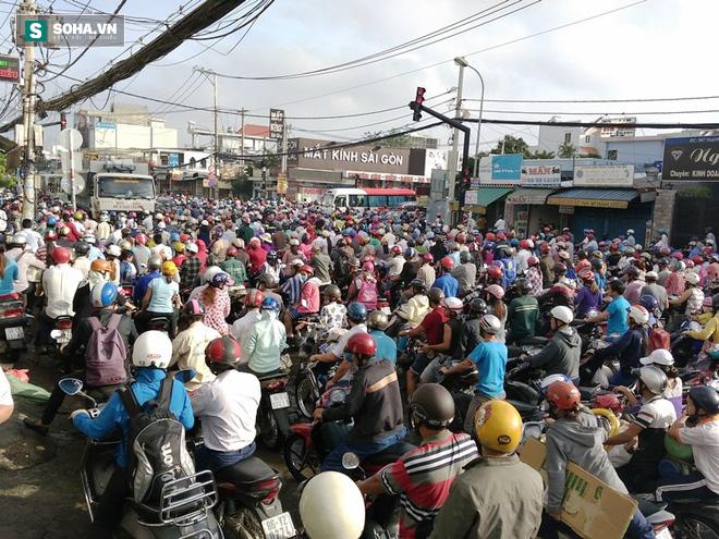 Người Sài Gòn khổ sở lội nước đi làm, kẹt xe kéo dài hàng cây số - Ảnh 6.