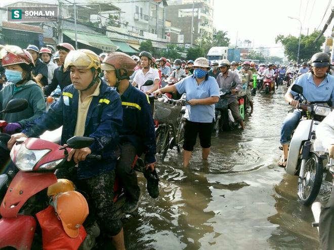 Người Sài Gòn khổ sở lội nước đi làm, kẹt xe kéo dài hàng cây số - Ảnh 2.