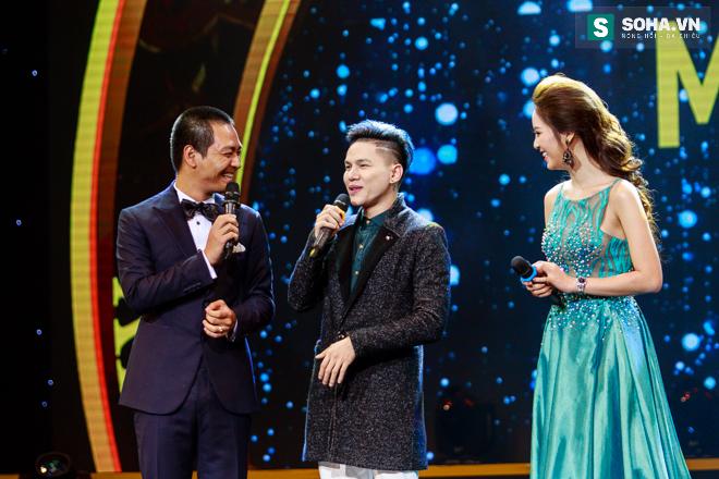 MC Phan Anh ngượng ngùng để Dương Triệu Vũ hôn má - Ảnh 5.