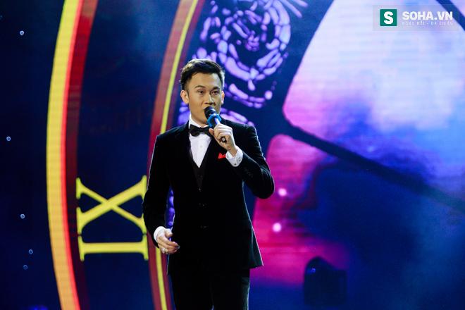 MC Phan Anh ngượng ngùng để Dương Triệu Vũ hôn má - Ảnh 10.