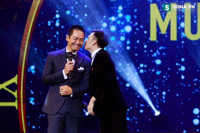 MC Phan Anh ngượng ngùng để Dương Triệu Vũ hôn má - Ảnh 14.