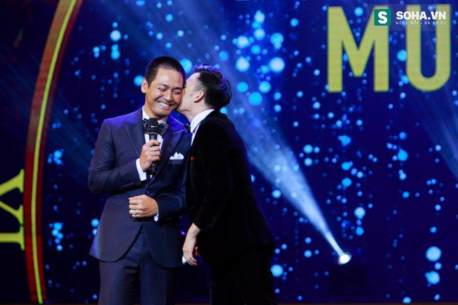 MC Phan Anh ngượng ngùng để Dương Triệu Vũ hôn má - Ảnh 15.