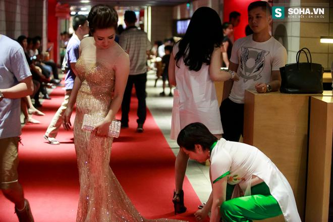 Mẹ ruột cúi gập người chỉnh váy cho Thúy Hiền trên thảm đỏ - Ảnh 12.