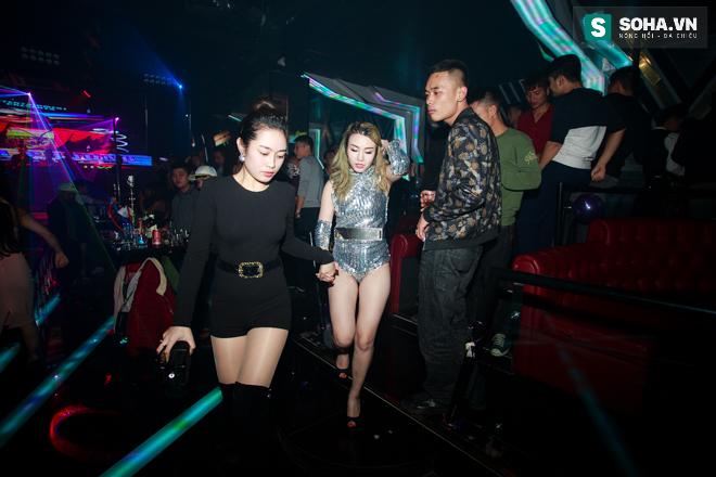 Thay đồ trên ô tô và cuộc sống sau 12h đêm của hot girl nóng bỏng Linh Miu - Ảnh 18.
