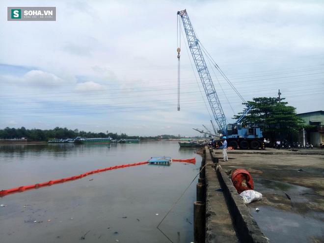 Phụ nữ, trẻ em kêu cứu trên sà lan chở 400 tấn thép đang chìm dần xuống sông - Ảnh 1.