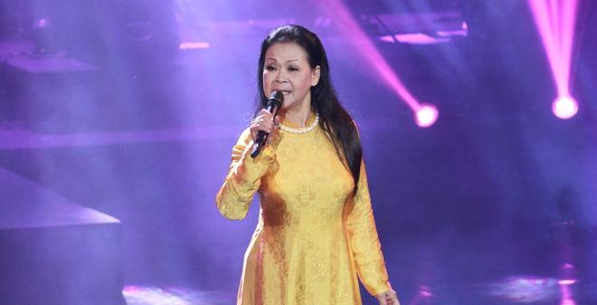 Con trai nhạc sĩ Nguyễn Ánh 9 thay cha đệm đàn cho Khánh Ly - Ảnh 1.