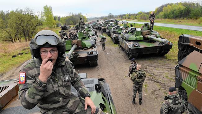 NATO cứng rắn: 300 nghìn binh lính báo động sẵn sàng chiến đấu với Nga! - Ảnh 1.