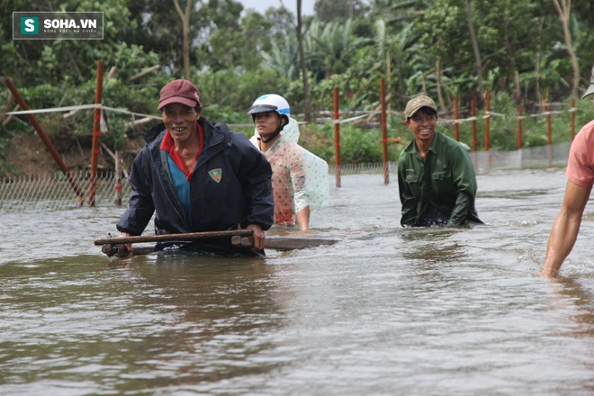 Dân Quảng Nam sơ tán sau khi thủy điện thông báo xả lũ - Ảnh 3.