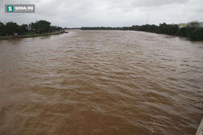 Dân Quảng Nam sơ tán sau khi thủy điện thông báo xả lũ - Ảnh 1.