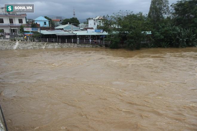 Dân Quảng Nam sơ tán sau khi thủy điện thông báo xả lũ - Ảnh 2.