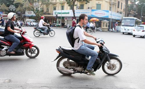 Chuyện chàng Tây: Người Việt bảo tôi cứ… vượt đèn đỏ - Ảnh 1.