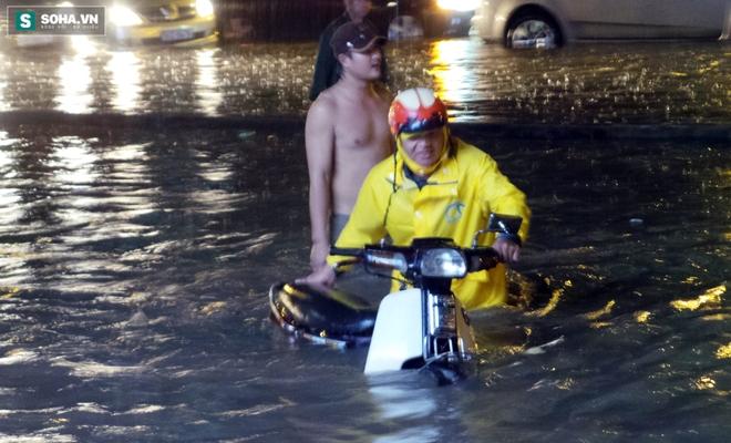 Vụ ngập lụt ở TP.HCM: Cơn lũ đi qua, tình yêu ở lại - Ảnh 1.