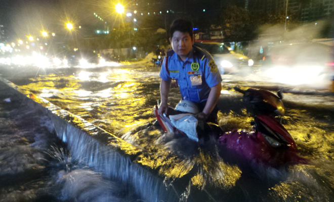 Cảnh tượng đặc biệt ở Sài Gòn sau cơn mưa lớn tối qua - Ảnh 3.