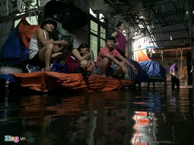 [ẢNH] Hà Nội ngập nặng sau trận mưa liên tục suốt đêm - Ảnh 37.