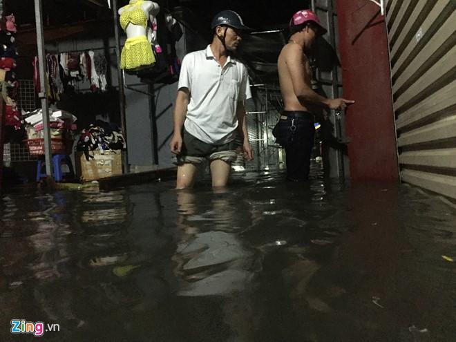 [ẢNH] Hà Nội ngập nặng sau trận mưa liên tục suốt đêm - Ảnh 38.
