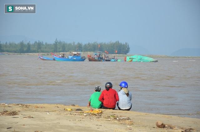 Ngư dân Cảnh Dương bất lực nhìn lũ dữ cuốn cả gia tài ra biển - Ảnh 4.