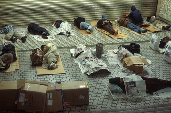 Người vô gia cư và hành động khiến nhiều người phải cúi mặt xấu hổ - Ảnh 1.