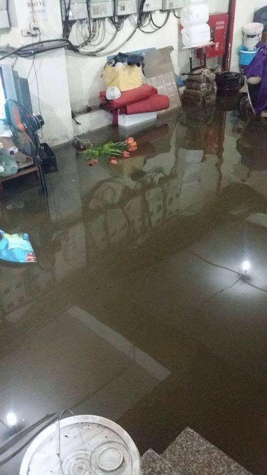[ẢNH] Hà Nội ngập nặng sau trận mưa liên tục suốt đêm - Ảnh 16.