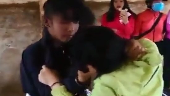 Clip nữ sinh đánh nhau ở Đắk Lắk: Do mâu thuẫn về tình cảm? - Ảnh 1.