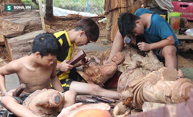Những đứa trẻ được gia đình gửi đến xưởng gỗ của anh Hùng để học nghề. Ảnh: PA.
