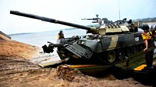 Video: Công binh Nga tập trận vượt sông cùng các chiến xa hạng nặng - Ảnh 2.