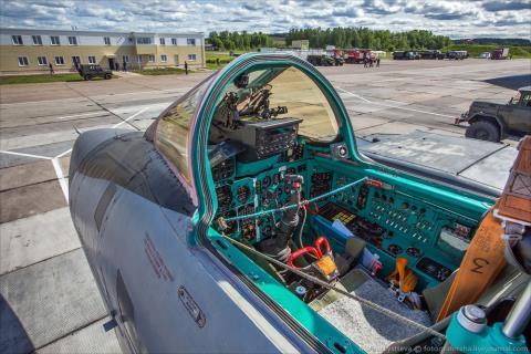 Tiêm kích tương lai MiG-41 đối đầu người khổng lồ Boeing X-51 - Ảnh 1.
