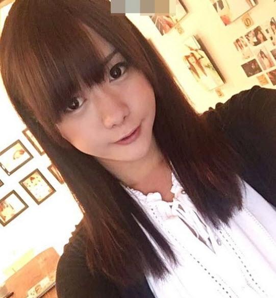 Hành động cởi áo khoe thân gây sốc của hot girl mạng xã hội - ảnh 1