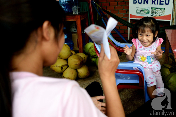 Tình tiết bất ngờ trong vụ trao nhầm con ở Bình Phước: Một gia đình nhận nuôi cả 2 bé - Ảnh 1.