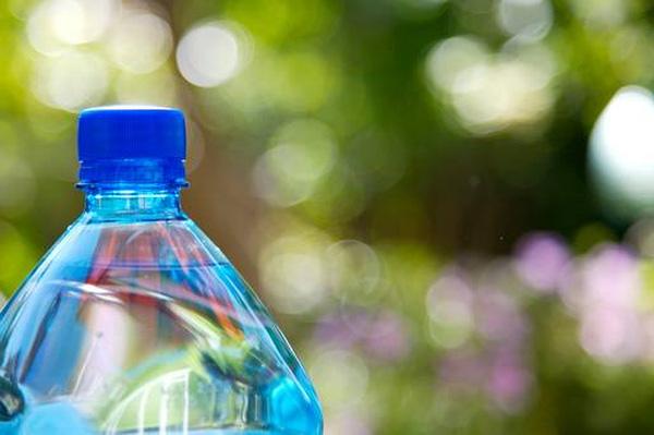 Chính vì thói quen này khi sử dụng nước đóng chai đã khiến nhiều người tự rước nguy cơ ung thư cho mình - Ảnh 1.