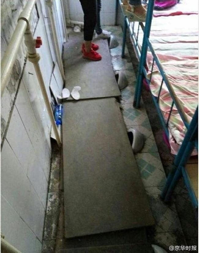 Trường học gây sốc khi cải tạo nhà vệ sinh thành phòng ngủ tồi tàn, tạm bợ cho học sinh - Ảnh 1.