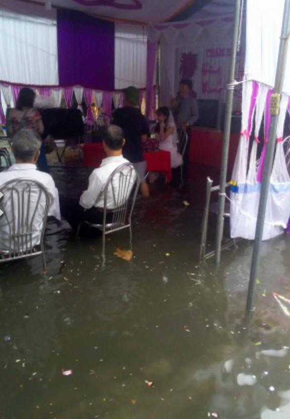 Người ta đám cưới linh đình, tôi đây mưa ngập nhưng mà vẫn vui - Ảnh 4.