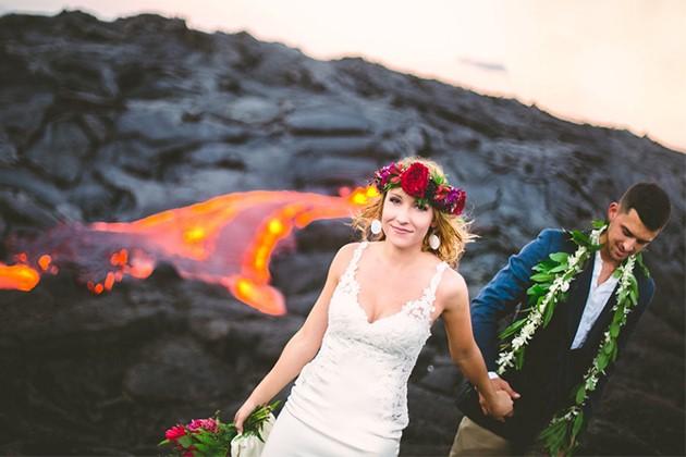 Đôi trẻ liều lĩnh chụp ảnh cưới bên miệng núi lửa - Ảnh 1.