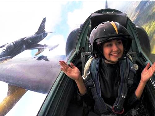 [VIDEO] Nữ phóng viên Nga xinh đẹp trải nghiệm nhào lộn trên máy bay L-39 - Ảnh 2.