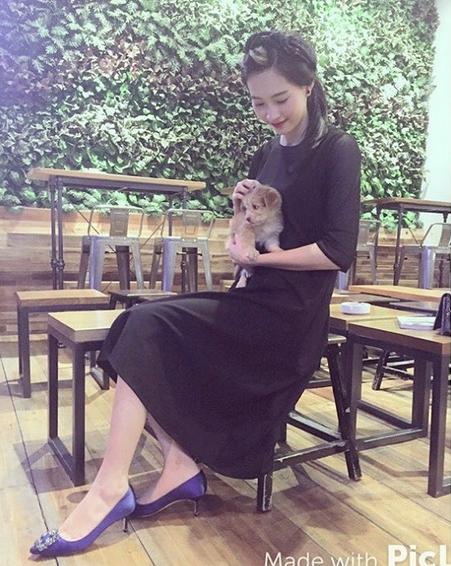 Cuộc sống đằng sau ánh đèn sân khấu của Hoa hậu sạch nhất Việt Nam - Ảnh 2.