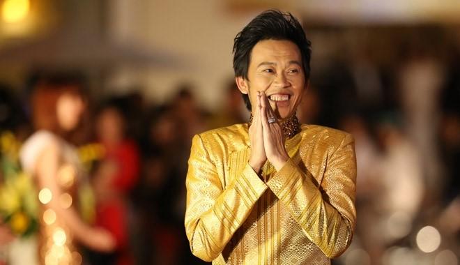 Hoài Linh nhận nút play mạ Bạc từ YouTube - Ảnh 2.