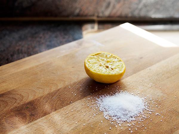Cứ lấy chanh và muối chà lên thớt gỗ rồi bạn sẽ hiểu công dụng - Ảnh 1.