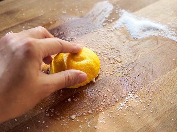 Cứ lấy chanh và muối chà lên thớt gỗ rồi bạn sẽ hiểu công dụng - Ảnh 2.