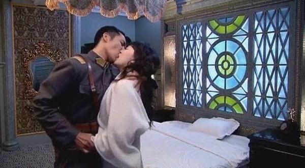 Soái ca ngôn tình Chung Hán Lương không hôn thì thôi, đã hôn phải bùng cháy thế này - Ảnh 1.
