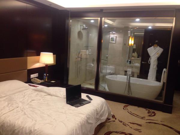 Tại sao nhiều phòng tắm khách sạn lại làm tường kính trong suốt? - Ảnh 1.