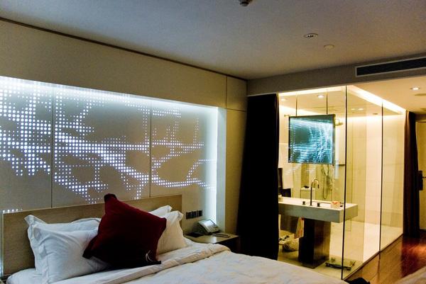 Tại sao nhiều phòng tắm khách sạn lại làm tường kính trong suốt? - Ảnh 2.
