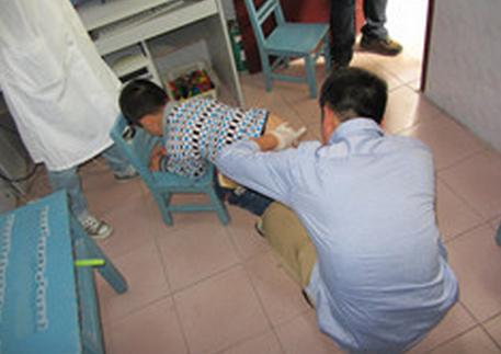 Bé trai 1 tuổi gặp nguy kịch vì mẹ tự chữa táo bón quen thuộc tại nhà - Ảnh 3.