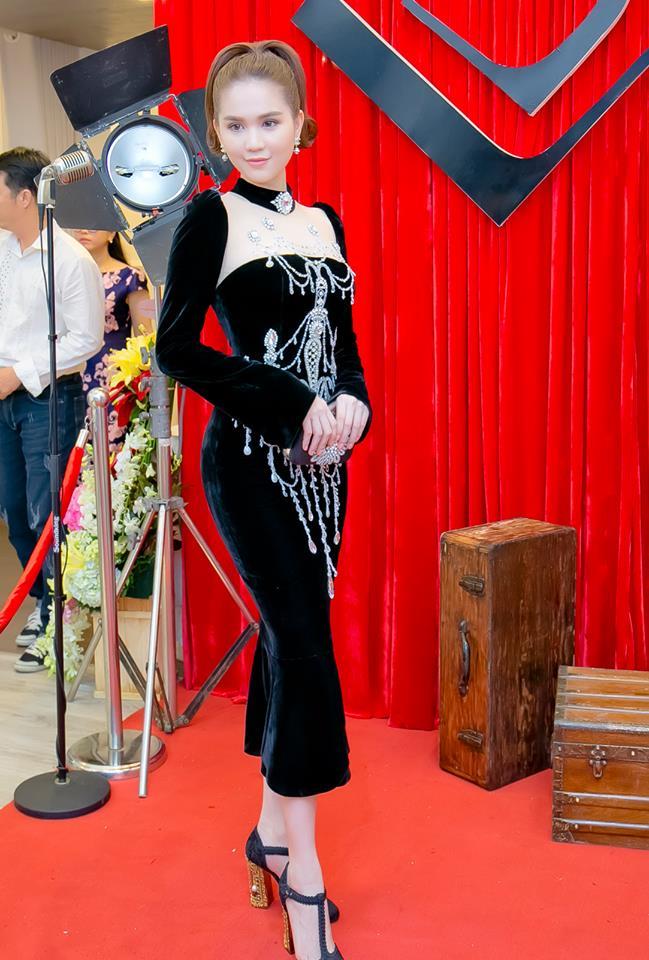"""Chiếc đầm """"già như mợ"""" của Ngọc Trinh bị nghi lấy cảm hứng từ Moschino - hình ảnh 2"""
