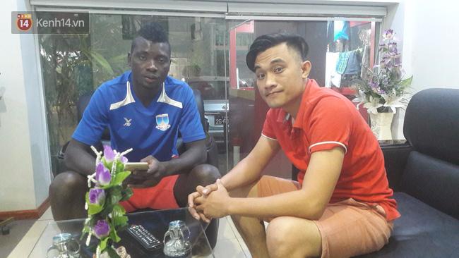 Ngoại binh Bờ Biển Ngà cũng… lè lưỡi với giờ thi đấu của đội tuyển Việt Nam - Ảnh 1.