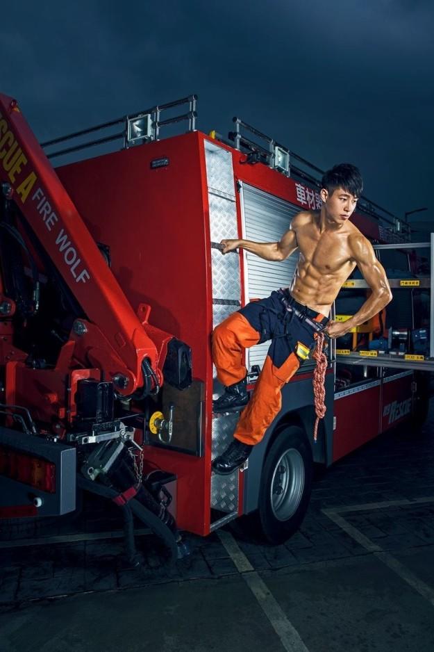 Bỏng mắt với dàn lính cứu hỏa Đài Loan nóng bỏng đến từng centimet - Ảnh 1.