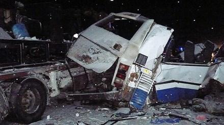 Xe bus và xe tải đâm nhau kinh hoàng, 9 em bé chết thảm - Ảnh 1.